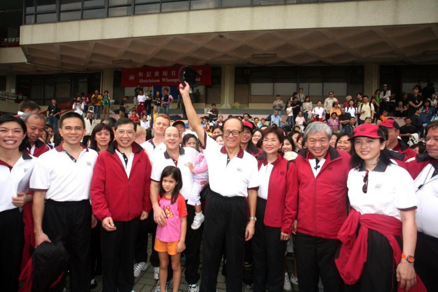 2006年,李嘉誠與集團一眾高層出席和黃運動同樂日。