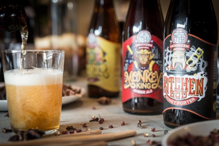 餐廳供應四款門神啤酒的生啤,包括招牌「雷公淡啤」、「玉皇大帝IPA」、「孫悟空紅啤」,還有以南方啤酒花及雲南普洱釀製的「南雲啤酒」。