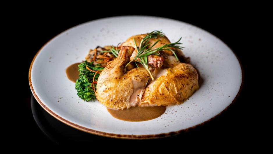 Roasted Whole French Chicken:餐廳「招牌菜」之一,來自法國的春雞不但烤得皮脆肉嫩,而且肉汁豐富,再伴以雜菌及香濃的秘製蘑菇醬汁,令雞的肉味更突出。