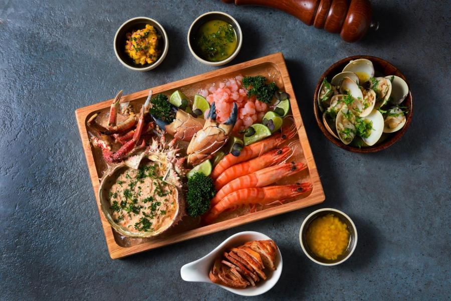 葡式海鮮拼盤:大廚選用蝦、蟹、貝類等來自大西洋的時令海鮮,伴以紫菜牛油、芒果、香蒜等3款自家製醬汁,代替傳統的檸檬醬汁。