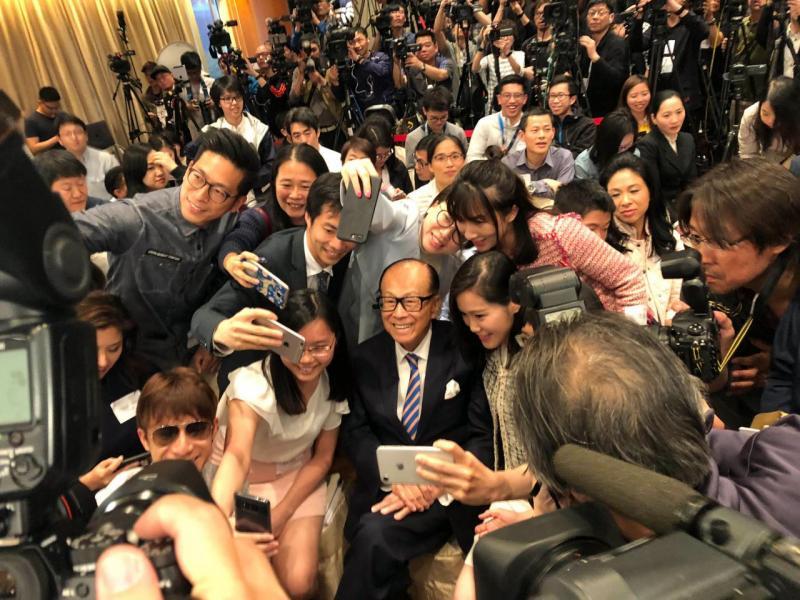李嘉誠宣佈退休後與在場傳媒合照。
