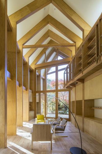 Shishi-Iwa House 圖書室和接待室。