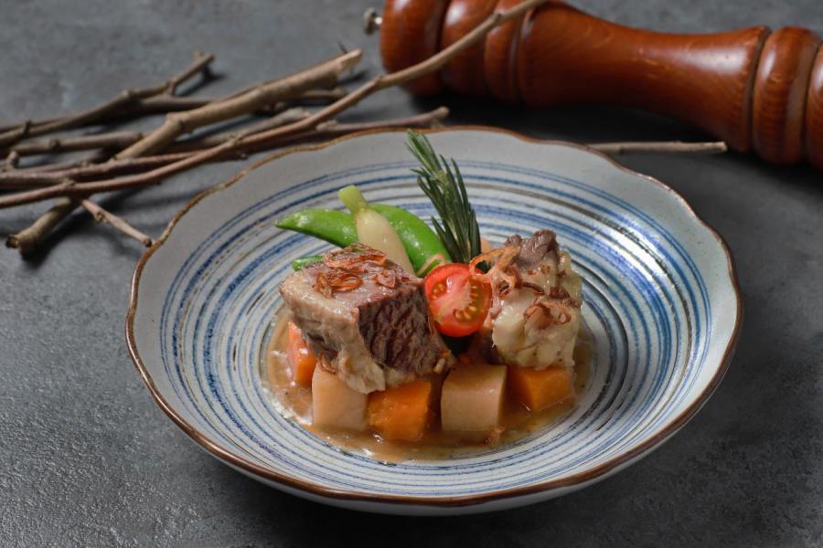 傳統家庭菜式牛肋骨鍋:牛肉炆得軟腍入味,而且入口即溶,再加上用牛肋骨熬煮而成的湯汁,令牛肉的肉味更香濃。