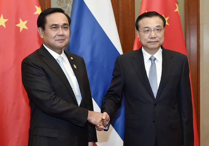 中泰鐵路項目一期工程動工,標誌著中泰合作邁上新台階。(左起)泰國總理巴育及國務院總理李克強。
