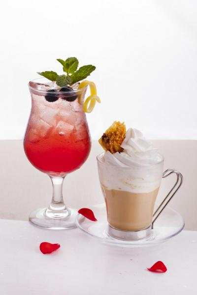 春日特飲:(左)混合了紅莓汁及薑味汽水的Blinking、(右)焦糖鮮奶咖啡Shiny。