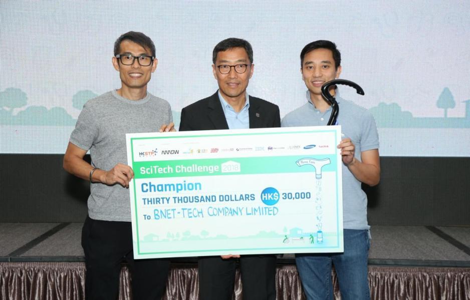 香港科技園公司行政總裁黃克強先生頒奬予冠軍隊伍 BNET-Tech,並指出今年的 「SciTech Challenge」比賽以「家居護理」為主題,鼓勵參加者多從生活出發,研發能解決 現實問題的創科新意念。