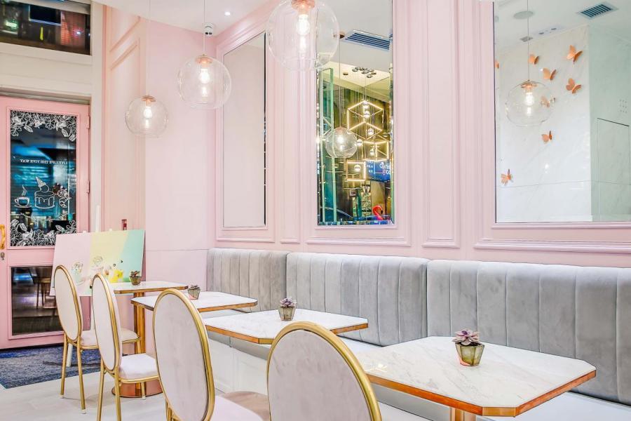 品牌於2015年在淺水灣The Pulse首次開設期間限定店,隨後於港島時尚熱點——灣仔利東街(2016年)和中環H Queen's(2017年)開設咖啡店。圖為中環分店的裝潢,以高雅白色雲石搭配甜美粉紅內牆,打造夢幻甜蜜氛圍。