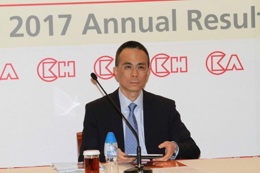 李嘉誠早前宣佈退休,卸任主席及執行董事一職,轉任為資深顧問,長和主席一職則由其53歲長子李澤鉅接任。