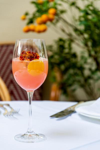 Vitamin Sea:結合了粉紅西柚、鹽味龍舌蘭草、迷迭香、洛神花、梳打水,酸甜有致,既清新又消暑。