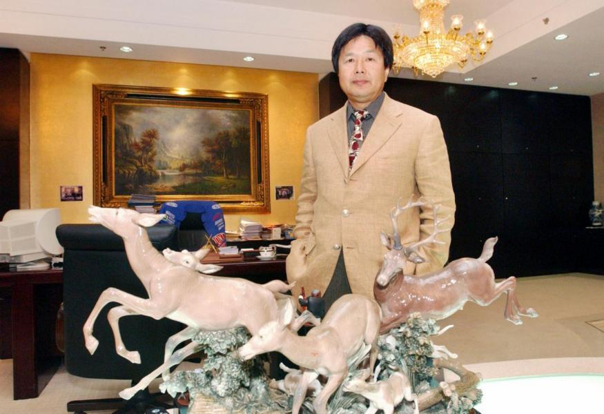 蔡志明企圖與曹貴子撇清關係,但雙方除了是生意上的夥伴外,也是不少慈善機構的同夥,他個人及子女都有與曹貴子組識慈善基金。
