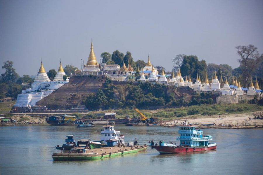 為改善基建,緬甸政府近年開放其電訊業。