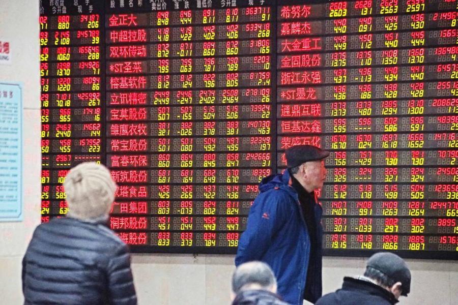 二○一五年股災有指是因政策混亂所致。