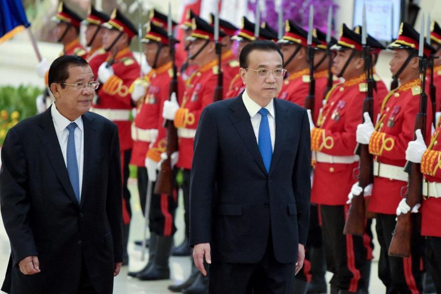 中國國務院總理李克強(右)訪問柬埔寨期間,與首相洪森共同簽署建設新國際機場項目協議。