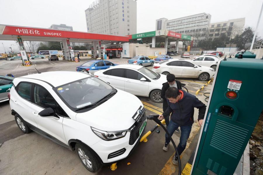 鋰電池電動汽車存在充電時間長、續航短等的缺陷。
