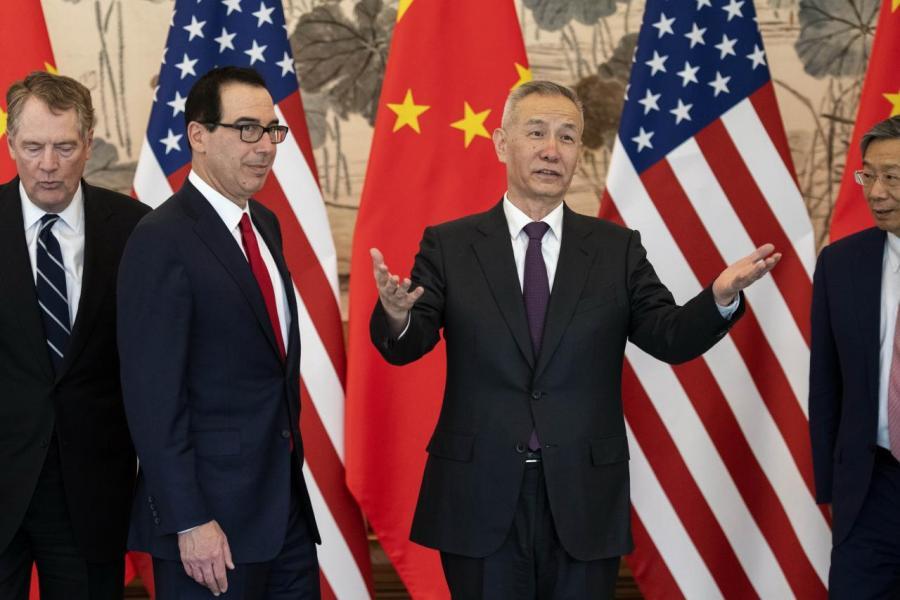 劉鶴(右)已抵美國中美雙方將進行第九輪談判,有機會成為最後一次的會面。