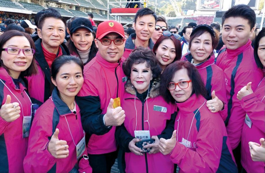 Bryan與藝人黃夏蕙一同出席慈善活動。
