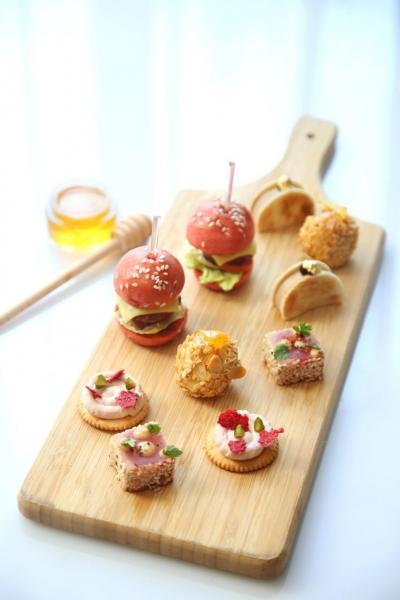 推介鹹點包括「香炸杏仁雞件伴柚子蜜糖」、「鵝肝慕絲三文治伴藍莓醬」、「加拿餅伴紅桑子芝士醬」、「迷你牛肉芝士漢堡」、「香煎芝麻吞拿魚」。