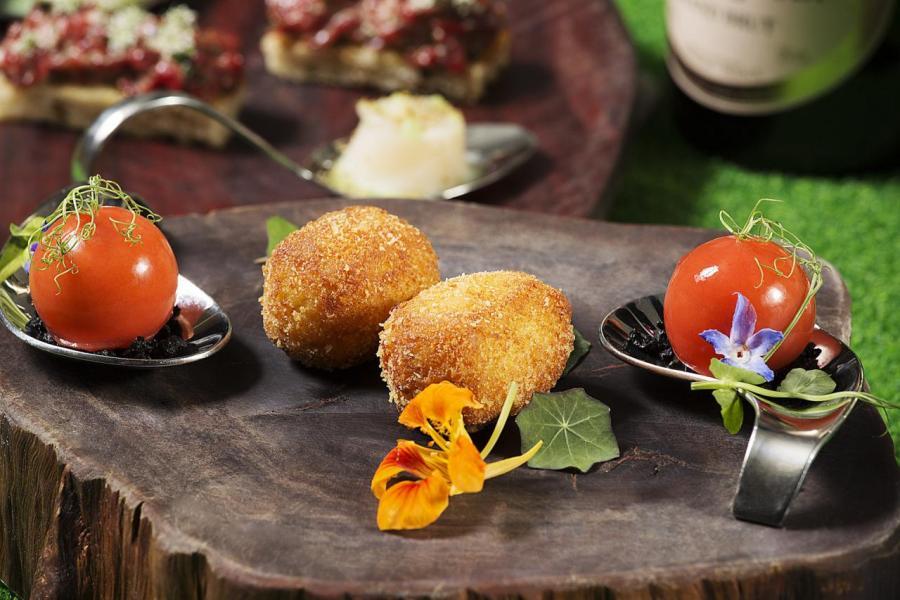 特色鹹點包括「琉璃苣蕃茄煙肉慕絲」、「金蓮花伊比利亞辣香腸脆卷」。