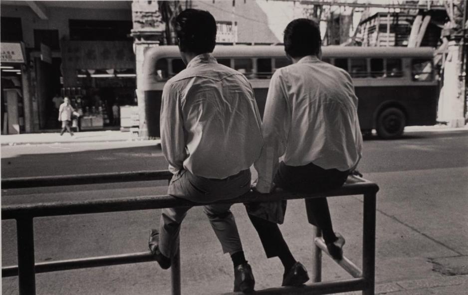 邱良用菲林底片為這片土地上的一景一物留下倩影,作品主要以香港普羅大眾的生活為題,尤其偏愛拍攝孩童和草根階層的生活點滴。圖為作品「兩個飛哥」(灣仔,1961)。
