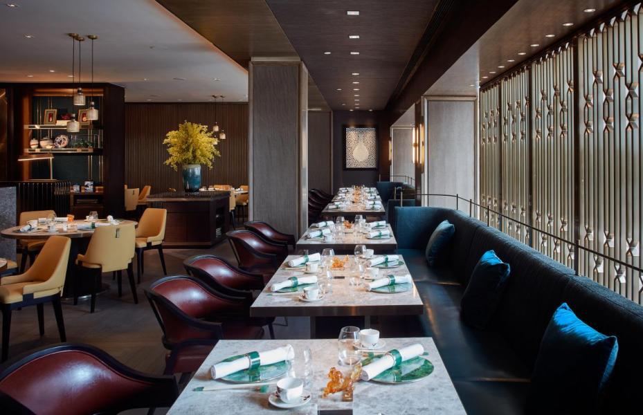 著名建築及室內設計師梁志天以寓意福壽吉祥的翠綠碧玉為主調,並配合中式擺設作點綴,例如象徵豐足的算盤圖案、代表祥瑞的麒麟等,再加上金屬細節,營造出高雅舒適的氣氛。