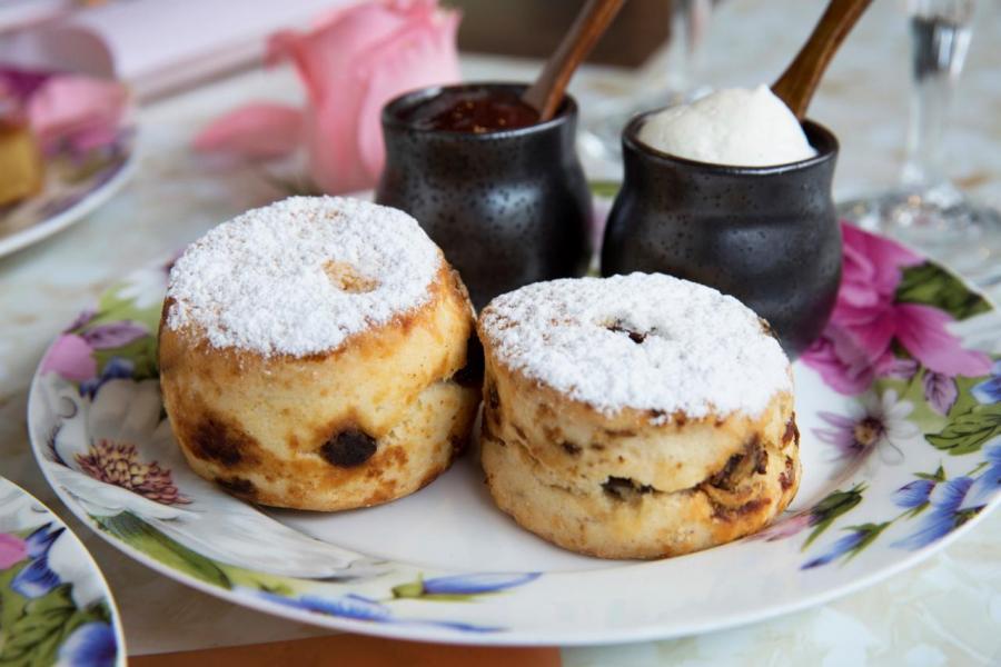 三層架下午茶必備的「英式鬆餅」,再搭配玫瑰草莓醬及奶油忌廉,讓人齒頰留香!