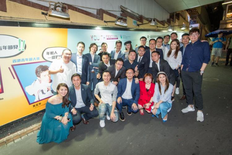 香港青年節宣傳——眾理事在宣傳廣告前合照